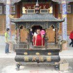 In fata unui altar dintr-un templu tibetan