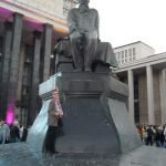 Langa statuia lui F.M. Dostoievski. Moscova septembrie 2014